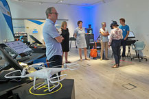 Im Vorfeld der Sitzung besuchte das IHK-Gremium das Neumarkter BayernLab. Bayernweit fungieren die Einrichtungen als Schaufenster für digitale Innovationen und präsentieren neueste Technik zum Anfassen.  (Foto: Auer)