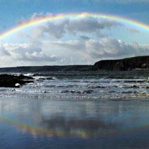 Regenbogen an der Küste