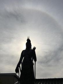 彩光を背負う菩提寺の      聖観世音菩薩さま