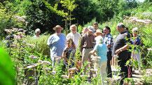 Unterwegs im LBV-Naturerlebnisgarten: Michael Herrmann mit einigen Schmetterlingsfreunden