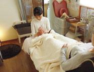 妊娠後期の方には座椅子で施術 金沢市マタニティ足つぼ