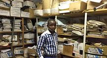 Unser Salary Clerk, Mr. Mushongo, beim Suchen in seinem Archiv