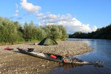 Biwakplatz auf einer Flussinsel.