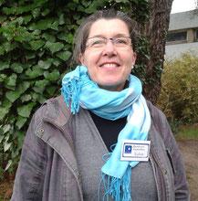 Sylvie, avec son badge, devant les locaux de l'aumônerie de l'hôpital