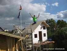 Dach selbst eindecken Holzhaus Kinderhaus Tom Stelzen