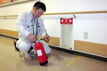 消防設備(消火設備)の1種「消火器」の点検の様子