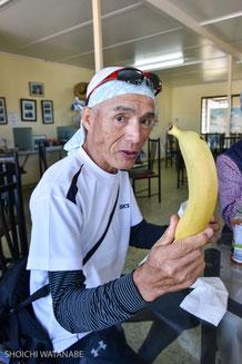 この旅史上最高値のバナナ。一房で2ドル・・・。森北さんいわく、「普通」