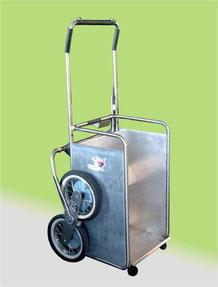 Un nuovo modello di carrellino saliscale per la casa con motore elettrico prodotto da TCS/Elviotrolley , il modello Scricciolo 12v FP con piano di carico abbassato su pavimento e portata di 60 Kg