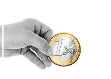 Hand mit Euromünze