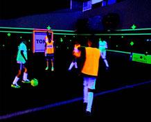 löhne-schwarzlicht-fussball-soccer-kindergeburtstag