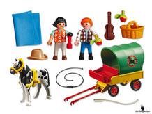 Im Paket Playmobil 6948 ist enthalten ein Ponywagen Figur Junge, Mädchen, Pony und diverses Zubehör wie Picknickkorb und Verpflegung.