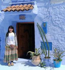 どこもブルーの世界。モロッコ・シャウエンの街並みと実加