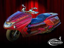 カスタムペイントバイク、キャンディーフレークレッドでグラフィックス塗装されたビックスクーター、ヤマハマグザムの写真