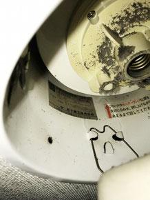 経年劣化した非常照明器具の内部