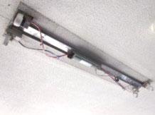 取り外し中の照明器具(屋外防滴用)