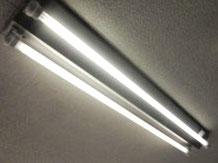 交換取付完了し点灯した照明器具(屋外防滴用)