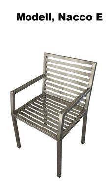 Stühle aus Edelstahl kann man im Garten oder in Haus benutzen.