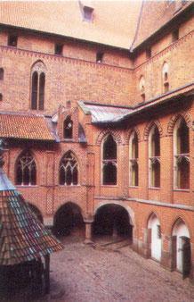 Marienburg  Внутренний двор верхнего замка слева внизу колодец  2000
