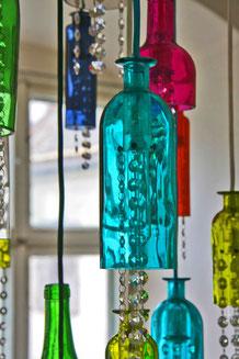 Moderne Lüster - Glaskunst - Lichtdesign - Lichtkunst - Objektleuchten - Lichtobjekte - Kunst am Bau - Flaschenlüster - Swarovski - Lüsterbehang - Kiesel - Licht - Glas - Manufaktur - Werkstatt - Atelier