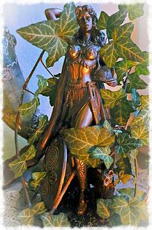 Die Göttin Freya als Schutzherrin der Zauberinnen, gehüllt in Efeu für einen Frauenheilkreis.
