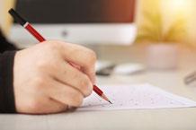 Hand mit Stift beim Schreiben
