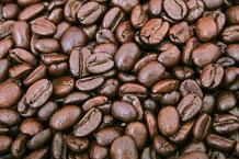 Glänzende, dunkel geröstete Kaffeebohnen