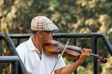Geigenspieler auf der River Kwai Brücke