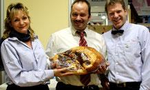 Neuland-Fleischer zeigen einen großen geräucherten  Schinken. Foto: Helga Karl