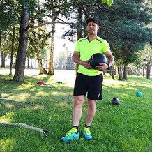 Larbi Bouda mit Ball beim Training