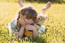 mueden.de, Kuscheltiere, Bild mit Kind in Wiese