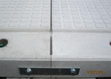 YCカーポート③床板ジョイント金具とノンスリップの凹凸模様あり