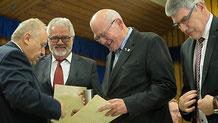 Harald Nahrgang und Kurt Wiegel wurden mit dem Ehrenbecher und der silbernen Anstecknadel des Vogelsbergkreises ausgezeichnet.