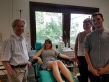 Von links nach rechts: Prof. Dr. Claus Meyer, Sarah Feige (Vorstandsvorsitzende Werbeliebe e.V.), Vanessa Troike (Projektleitung Blutspende-Aktion), Cenk Bayraktar (Projektleitung Blutspende-Aktion)
