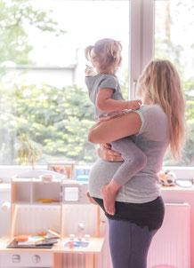 Babybauch Shooting zu Hause - Mama und Tochter
