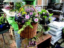 花の種類や色、季節、花器の種類で様々な表情を見せる。