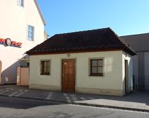Foto zeigt Behinderten-WC Schalkhäuser Straße von Aussen