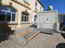 Foto zeigt Behinderten-WC Container in der Reitbahn von Aussen