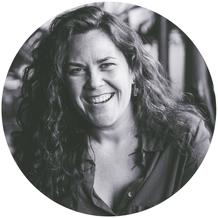 Portrait noir et blanc de Marie Deschene fondatrice Académie des Autonomes soutien aux travailleurs autonomes du Québec