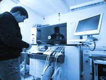 Die SMD-Bestückung (Surface Mounted Device) erfolgt auf vollautomatischen SMT-Bestückungsanlagen