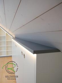 Aktenschrank nach Maß in Dachnische in weiß & anthrazit, mit indirekter Beleuchtung eingefrästem LED-Stripe