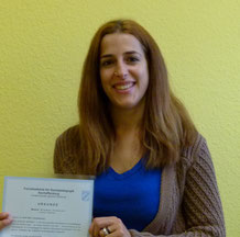 Melanie Kremer-Viteritti mit ihrem Abschlusszeugnis als staatl. gepr. Erzieherin