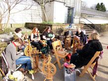 Frauen am Spinnrad beim Spinntreff im Gewächshaus des Botanischen Gartens Solingen
