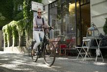 Pendler fahren mit einem e-Bike