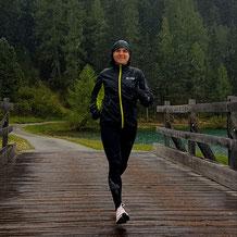 Anja beim Laufen im Regen
