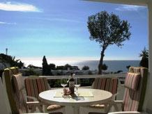 Geniessen Sie den fantastischen Blick von der Balkonterrasse über den subtropischen Garten auf das Meer