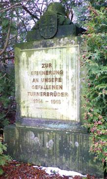 Turner-Denkmal an der Lotzdorfer Turnhalle;        Foto: Schönfuß