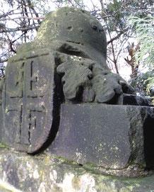 Der Denkmal-Aufsatz: Turnerkreuz, Stahlhelm und Eichenlaub;  Foto: Schönfuß
