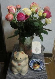 *お歳暮の薔薇の花&玄関飾りの張子まねき猫