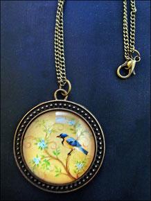 Motivkette mit Cabochon Blauer Vogel vor zartem Blütenhintergrund