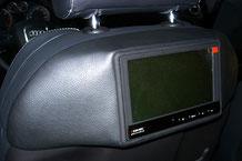 """7"""" Monitore von zenec in GFK-Konsolen an der vorderen Sitzen"""